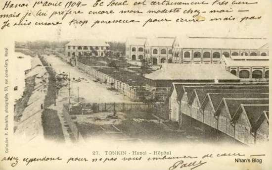 Cũng bức ảnh trên, được phát hành vào thời gian khác. Nhờ dòng lưu bút trên ảnh ta biết trước năm 1904 khu vực này nằm ngay sát bờ sông.