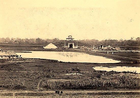 004.Cảnh thành Hà Nội nhìn từ xa (cửa Sơn Tây)