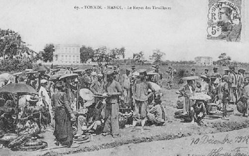 004.Chợ bên đường cho khu lính ngoài thành Hà Nội trước đây