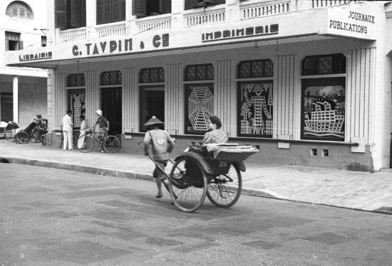 004.Hanoi 1940 - Rue Paul Bert. Woman traveling in a rickshaw-Người phụ nữ đi du lịch trong một chiếc xe kéo