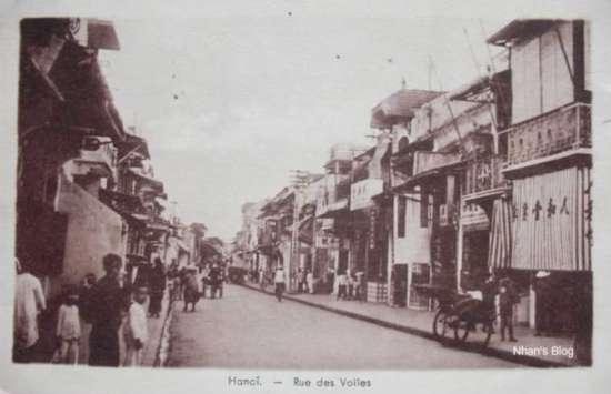 Sau người Hoa chiếm lĩnh phố, các mặt hàng gắn với tên phố biến mất. Hoa Kiều mở nhiều hiệu ăn ở phố này.
