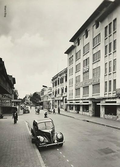 Năm 1928 toàn nhà IDEO (Imprimerie d'Extrême-Orient) cao nhất Hà Nội được xây dựng, khối giữa 6 tầng, hai bên là 2 khối nhà 5 tầng trên ghi năm xây dựng lần đầu 1907 và năm xây lại 1928.