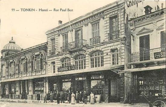 Số nhà tiếp theo là CHARRIERE & Cie chuyên bán thực phẩm và rượu tây. Ngôi nhà này có từ năm 1900, khi Felix Charriere, một Pháp Kiều sinh sống tại Hải Phòng cùng với hai đồng nghiệp là Poinsard và Veyret thành lập công ty ban đầu mang tên CHARRIERE & Cie. Tới năm 1910 công ty đổi thành Poinsard et Veyret. Công ty này phát triển nhanh chóng tại Đông Dương và mở rộng sang cả vùng Vân Nam Trung Quốc thông qua việc nhập khẩu các sản phẩm thép, đồ ngũ kim, vật liệu xây dựng, máy nông nghiệp, nước khoáng, rượu vang và rượu mạnh và xuất khẩu các loại sản phẩm thuộc địa. Đây là một trong những ngôi nhà cổ nhất ở Đông Dương.