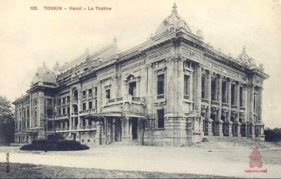 Trừ bức ảnh thời kì đang xây dựng, trên mặt tiền nhà hát có đắp dòng chữ THEATRE MUNICIPAL