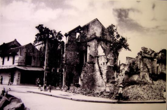 005.Năm 1947, phố Hàng Chiếu tan hoang, đổ nát,