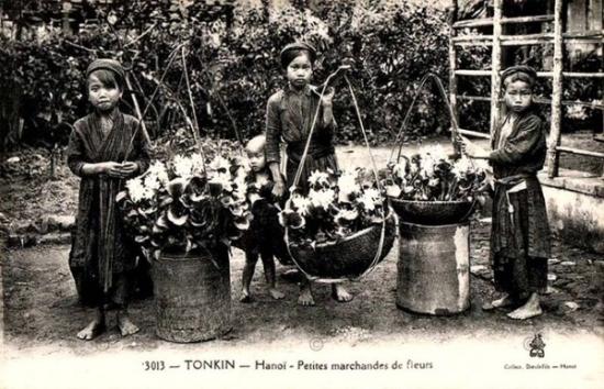 005.Những người bán hàng hoa xưa ở Hà Nội