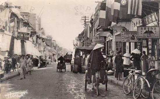 Quang cảnh đặc trưng của China Town ở bất cứ nơi nào người Hoa quần tụ.Treo trên phố có đủ ba loại cờ: Pháp - Hoa - Việt