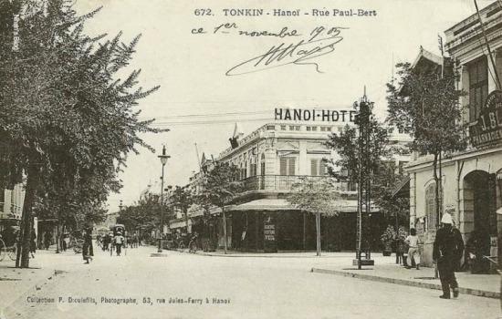 Đứng trước hiệu thuốc J. Blanc nhìn về đầu phố. Nhà hát lớn lúc này chưa xây. Loại đèn đường thuộc thời kì đầu. Góc chụp này giúp xác định ngôi nhà thứ tư trong bốn ngôi nhà góc phố - Khách sạn Hà Nội