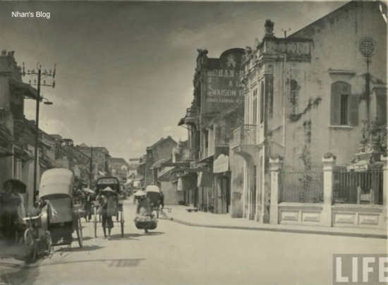 Đường phố đổi thay. Bên cạnh các ngôi nhà cổ xuất hiện các ngôi nhà hiện đại pha trộn phông cách kiến trúc Pháp
