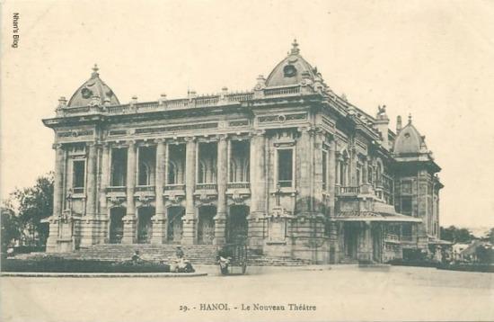 Một số bức bưu thiếp ghi chú thích Nhà hát mới (Nouveau Theatre) để phân biệt với rạp hát Takou trên phố Hàng Cót (ngày nay là trường THCS THanh Quan)