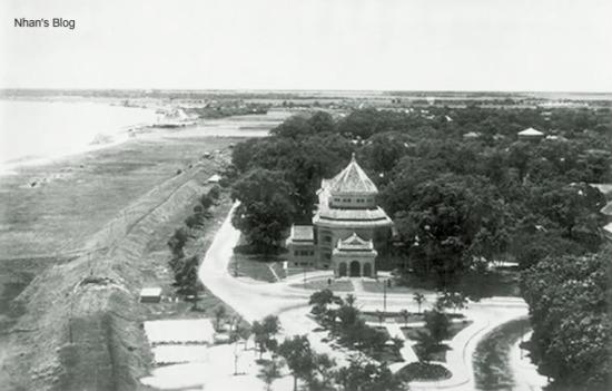 Bảo tàng Louis Finot (Bảo tàng lịch sử ngày nay) được xây dựng đầu đường Trần Khánh Dư năm 1926. Bức không ảnh này cho thấy hệ thống đê bảo vệ Hà Nội khi đó được nâng cao lên rất nhiều.