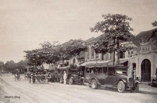 Ăn theo hoạt động của bến xe, trên tuyến phố xuất hiện những cửa hàng kinh doanh lốp ôtô. Đến bây giờ nhiều hộ gia đình vẫn kinh doanh mặt hàng này.