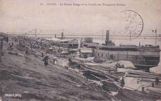 """Một nhân vật người Việt đã lao vào lĩnh vực vận tải đường sông, cạnh tranh quyết liệt với người Hoa và người Pháp và giành thắng lợi. Tên tuổi con người đó gắn liền với bến tầu thuỷ này, và đã từng được đặt tên cho một con phố không xa nơi đây. Đó là:  """"Vua"""" sông nước Bạch Thái Bưởi"""