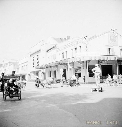 Những góc nhìn khác của rạp mang tên Eden và cửa hàng sách bên canh mang tên Pacific chụp năm 1950.
