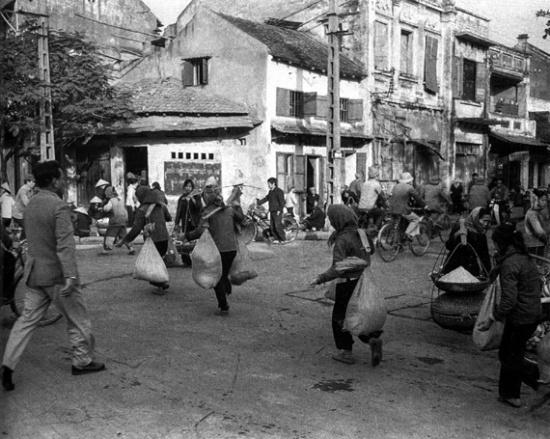 Cuộc sống tất bật tại phố Cầu Gỗ - Nguyễn Hữu Huân.Những năm 1980.