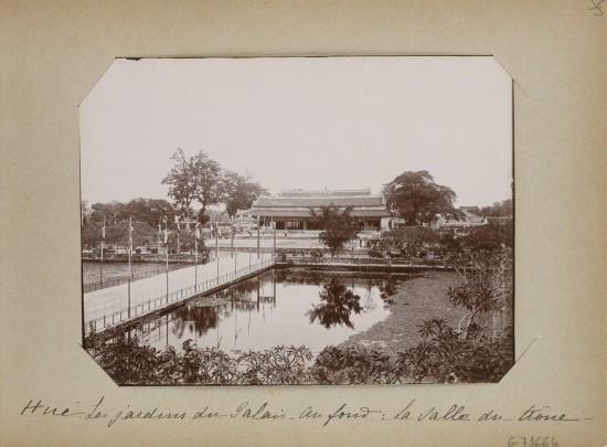 006.Hue (1896-1900) – Les jardins du Palais. Au fond - La salle du trône
