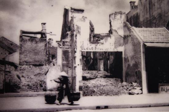006.Những ngôi nhà mặt tiền phố Hàng Gai bị đánh sập. Ảnh tư liệu.