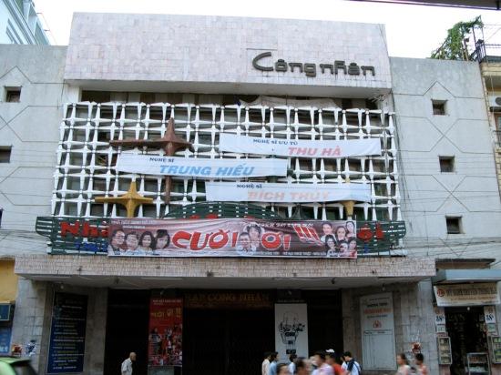 Thời kì rạp mang tên Công nhân, đại bản doanh của đoàn kịch Hà Nội (ảnh chụp tháng 7/2007 trên Flickr.com)