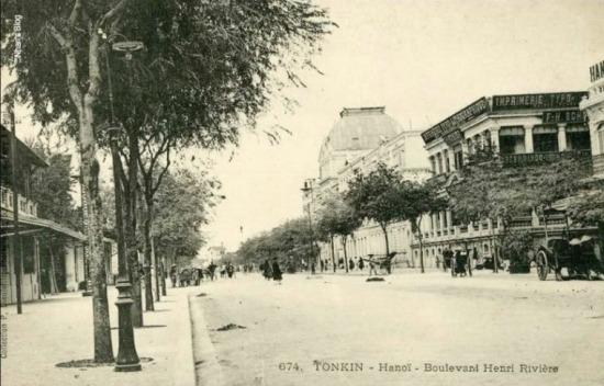 Đối tượng mô tả là khách sạn Metropole, tuy vậy trong khuôn hình thấy đủ 4 ngôi nhà, lần lượt theo chiều kim đồng hồ là NXB Schneider, KS Hà Nội, hiệu thuôc J. Blanc và hiệu ảnh P.Dieulefils.