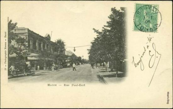 Ống kính lùi xa cho thấy rõ hơn lối rẽ vào phố Dutreuil des Rhins (Nguyễn Khắc Cần)