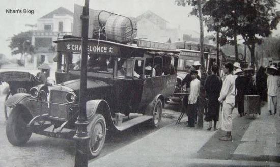 Đoạn đầu phố Nguyễn Hữu Huân, người Hà Nội xưa gọi là phố Cột Đồng Hồ. Có một con ngõ trước đây có tên là phố Bạch Thái Bưởi, một doanh nhân nổi tiếng đầu thế kỷ XX, dám kinh doanh cả tàu thủy cạnh tranh với các hãng người Hoa Kiều, người Pháp.