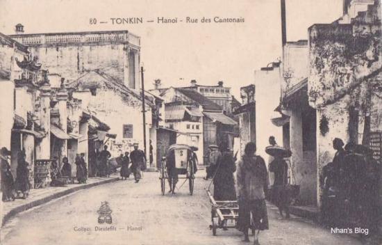 Tên phố chú thích trên bưu ảnh là phố Quảng Đông (Hàng Ngang), tuy nhiên không thấy đường tầu điện ở giữa phố như các bức ảnh cùng thời kì. Đây là phố Hàng Buồm (đoạn tiếp giáp Mã Mây và Đào Duy Từ). Ta có thể thấy trong ảnh kiểu tóc, và chiếc mũ đặc trưng của Hoa Kiều.