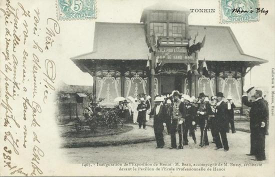Kiến trúc sư Bussy (người thiết kế khu đấu xảo) tháp tùng toàn quyền Beau trước khu triển lãm của trường dạy nghề Hà Nội