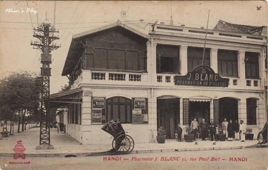 Bưu ảnh gửi từ Hà Nội 13 tháng năm 1905.Trước nhà không còn hàng cây. Dòng chữ biển hiệu: Enseigne de boutique:Maison fondée en 1886 J. BLANC Pharmacien de 1re classe (Nhà thuốc thành lập năm 1886 J. Blanc Dược sĩ hạng nhất). Chú thích ghi rõ địa chỉ hiệu thuốc 31 đường Paul Bert (ngày nay là 33 Tràng Tiền)
