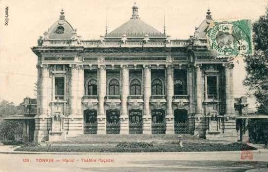 Sau 10 năm xây dựng, Nhà hát thành phố được khánh thành vào đêm 9/12/1911. Lễ khai trương nhà hát bắt đầu với vở hài kịch bốn hồi Chuyến đi của ông Perrichon (Le Voyage de monsieur Perrichon) của Eugène Labiche và Édouard Martin. Số tiền thu được từ buổi biểu diễn được nhóm kịch Philarmonique ủng hộ cho những trẻ em lai sống lang thang trên phố.