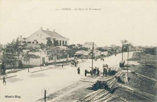 Trục đường Trần Quang Khải, Trần Nhật Duật chạy sát bờ sông Hồng, nơi những bè gỗ, nứa từ thượng nguồn về cập bến.