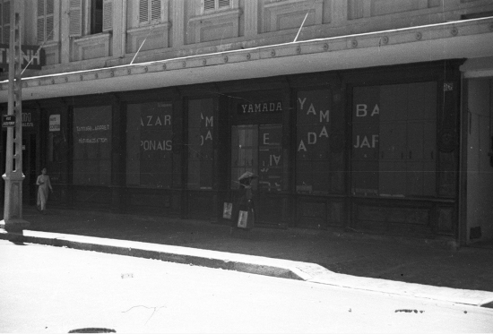 1940 - Closed storefronts in Hanoi -Đóng cửa hàng