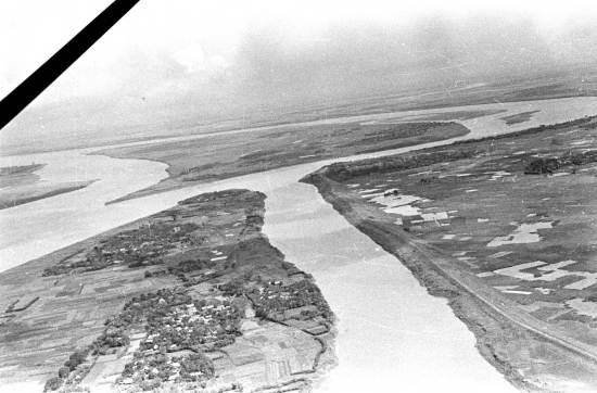 008. Ảnh chụp năm 1950 cho thấy những dải sông uốn lượn khi đó các con sông Hà Nội giao nhau còn nhiều ở vùng ven và chưa bị ô nhiễm như ngày nay.
