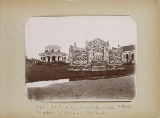 008.Hue (1896-1900) – (Le Co-mat) – Conseil des ministres. En avant - l'écran du Co-mat