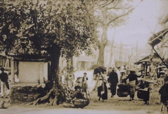 008.Những người đi chợ xưa ở Hà Nội
