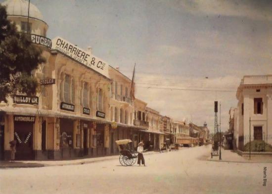 Ảnh từ kho tư liệu hành tinh của Albert Khan chụp khoảng 1915. Tòa nhà bên cạnh biển hiệu công ty của Felix Charriere bổ xung thêm bên dưới tên những người đồng sáng lập