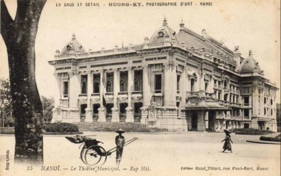 Cờ Pháp treo trước nhà hát