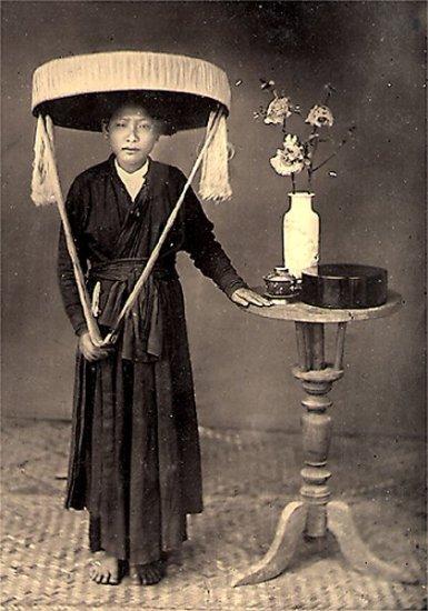 009.Người phụ nữ với chiếc nón quai thao