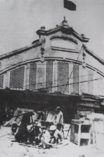 009.Trước cửa chợ Đồng Xuân