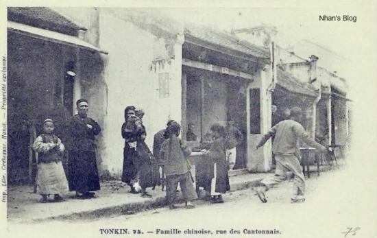 Sinh hoạt trước nhà của một gia đình người Hoa.