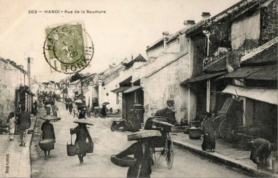 Tấm bưu thiếp phát hành trước năm 1906, với chú thích phố Hàng Mắm. Tuy nhiên, đoạn phố này ngày nay thuộc phố Hàng Bạc. Để ý sẽ nhận ra ở vị trí cây cột điện là một ngã ba: điểm giao cắt giữa Hàng Bạc với Mã Mây. Đền Dũng Thọ nằm ở góc phố này.