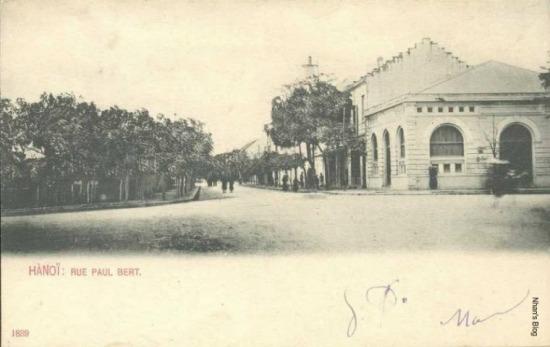Phố Hàng Khay nhìn từ ngã tư Tràng Thi - Bà Triệu. Ngôi nhà góc phố ngày nay là Trung tâm thương mại và dịch vụ du lịch (CTSC) số 1 Bà Triệu.