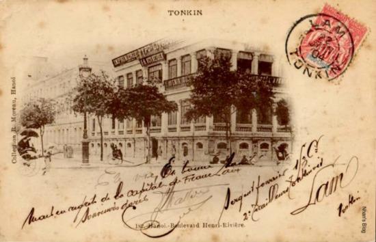 Cận cảnh NXB Schneider Nhật ấn bưu điện 22/06/1904. Đèn đường thay bằng loại khác. Tên của F. H Schneider ghi rõ trên biển hiệu tòa nhà. Góc phố bên dưới thường thấy các bà bán hàng rong ngồi nghỉ.