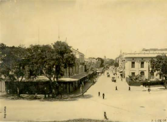 Toàn cảnh phố Tràng Tiền được chụp từ tầng hai Nhà hát lớn. Thời gian thập niên 20, trước khi Ngân hàng Pháp Hoa và nhà in IDEO 6 tầng được xây vào năm 1926. Lúc này công ty của Felix Charriere đã đổi thành  POINSARD ET VEYRET
