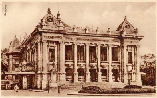 Nhà hát là nơi biểu diễn các loại hình nghệ thuật cố điển như Opera, nhạc thính phòng, kịch nói... phục vụ người Pháp và một số ít người Việt giàu có. Lịch biểu diễn thời đó một tuần có 4 lần vào thứ ba, thứ năm, thứ bảy và chủ nhật.