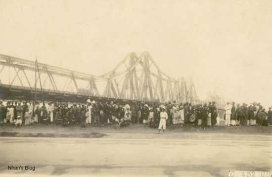 Hình ảnh cầu Long Biên được cho là chụp vào dịp khánh thành đường cho xe ôtô và đi bộ