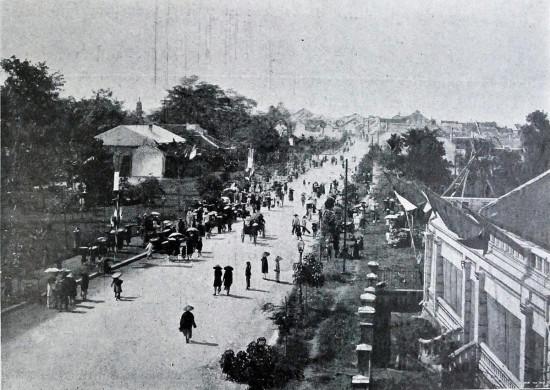 009a.Đại lộ Francis Garnier nay là Đinh Tiên Hoàng, bên phải có thể thấy một phần hàng rào của Tòa Thị chính Hà Nội (khoảng 1900)