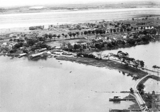 Khu vực đường Thanh Niên và Phúc Xá ngày nay. Chùa Trần Quốc nằm ở góc dưới bên phải tấm ảnh (năm 1930).