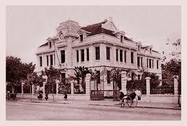010. Bưu điện Bờ Hồ hoàn thành năm 1901, xây trên nền chùa Báo Ân xưa