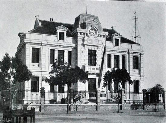 010. Bưu điện và điện tín, nằm ngay vị trí của Bưu điện bờ hồ Hoàn Kiếm ngày nay. (khoảng 1900)