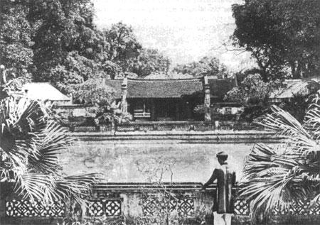 010.Ảnh chụp nhìn từ Khuê Văn Các vào (khoảng 1920)